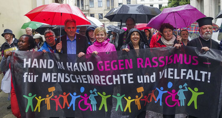 Menschenkette gegen Rassismus in München, 2016. Foto: picture alliance / SZ Photo / Alessandra Schellnegger