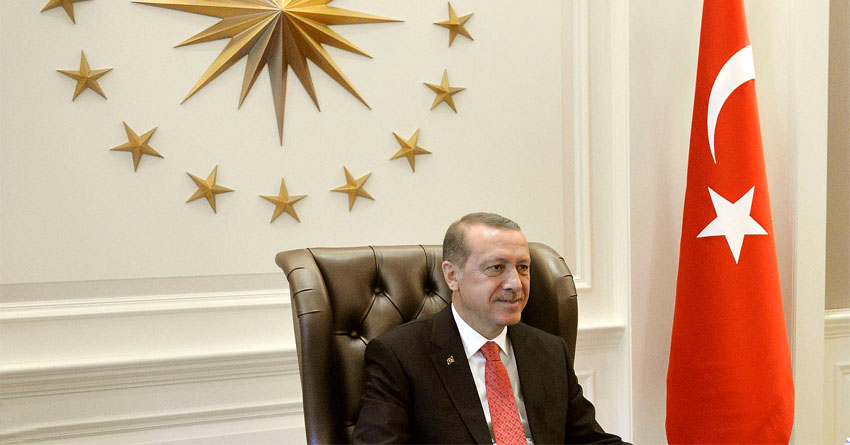 President Recep Tayyip Erdoğan during a meeting, with the presidential seal and Turkish flag. Foto: Glenn Fawcett, Wikipedia, public domain